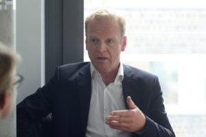 Photo von Henning Schaefer im Gespräch mit MedWatch.