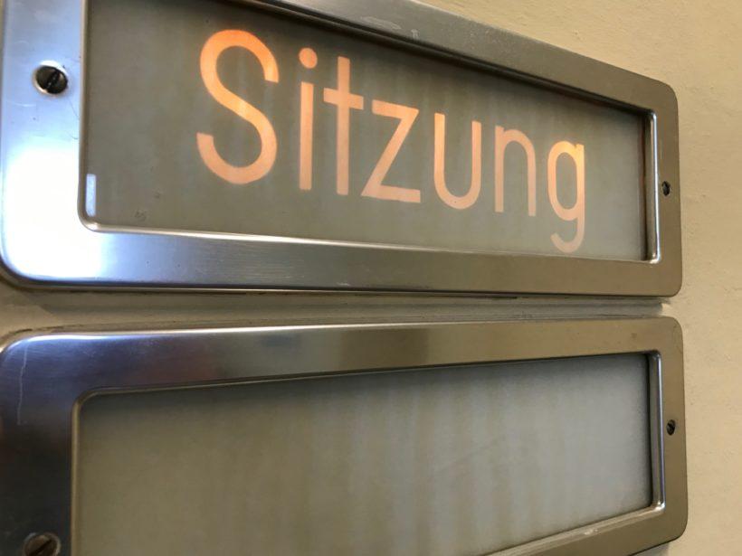Ein Schild beim Landgericht Krefeld zeigt an, dass in einem Sitzungssaal verhandelt wird.