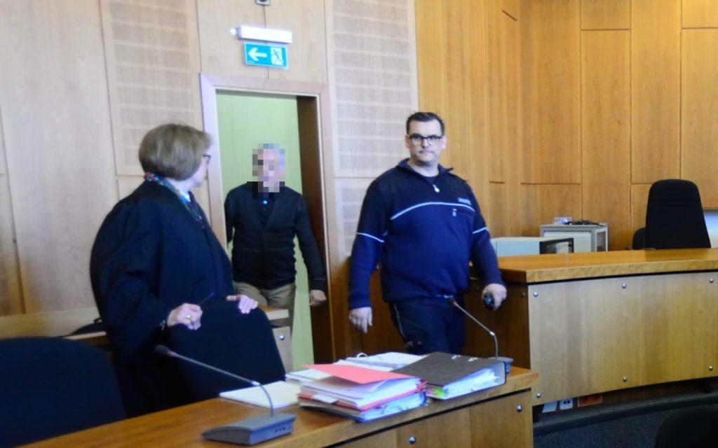 Heilpraktiker Klaus R. im Gerichtssaal des Landgerichts Krefeld