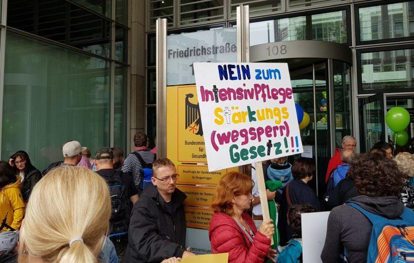 """""""Damit würde ich früher sterben"""": Betroffene protestieren gegen Spahns Intensivpflegegesetz"""