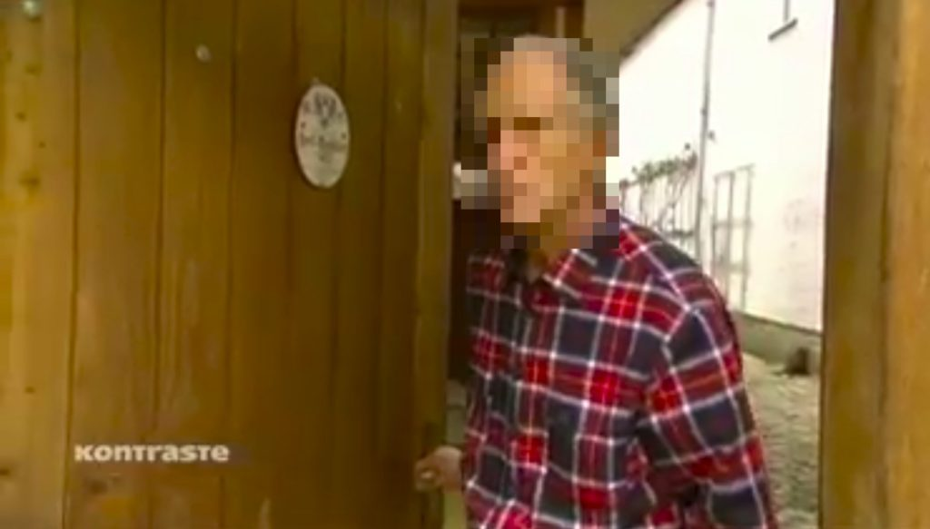 Unkenntlich gemachtes Foto des Arztes Lutz R. mit einer MMS-Flasche in der Hand - aus der Sendung von Kontraste