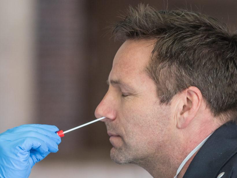Foto von einem Nasenabstrich bei einem Mann