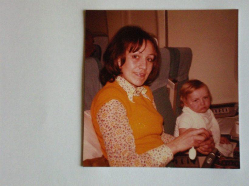 Duogynon in der Schwangerschaft genommen: Else Meixner mit ihrem Sohn - auf dem Flug zur OP in die USA, 1973