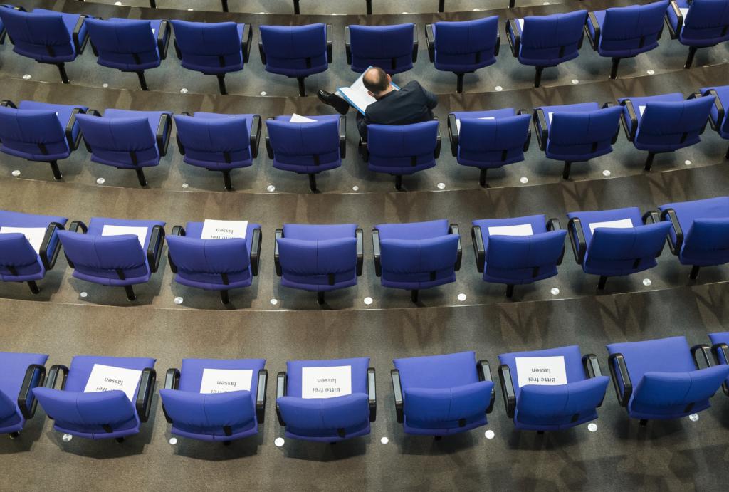 Leere Stühle im Bundestag. (Foto: Simone W. Neumann / Deutscher Bundestag)