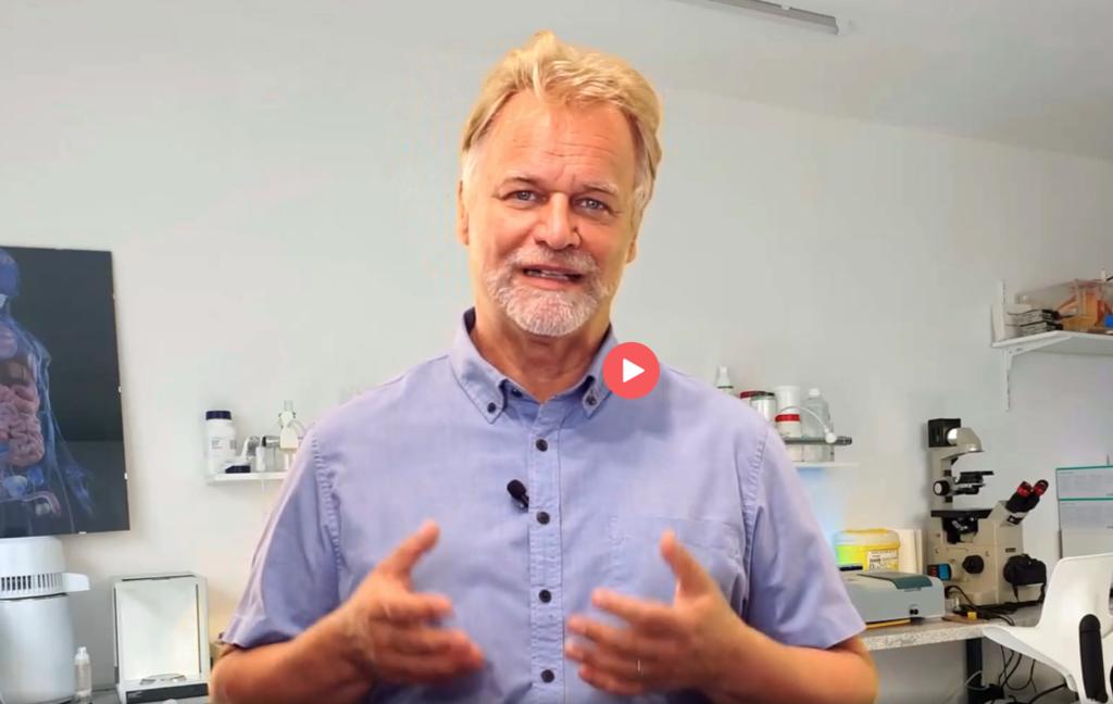 Andreas Kalcker erklärt in einem Video, wie man Chlordioxid selbst machen kann. Das Video steht auf seiner Website. (Screenshot: MedWatch.de)