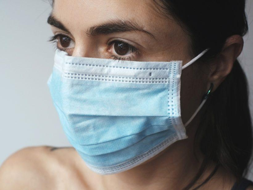 Frau mit Corona-Maske: Chlordioxid hilft nicht gegen das Virus. Foto: Bild: Juraj Varga, Pixabay)